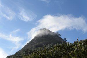 Filete fino de nuvem no topo da Lion's Head em cape town