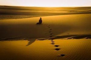 lindo-por-do-sol-deserto-namibia-com-modelo-swakopmund