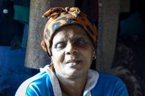 Senhora que nos recebeu para mostrar seu apartamentos na periferia de Cape Town