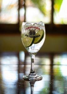 foto profissional de bebidas olha o gin do rota 99