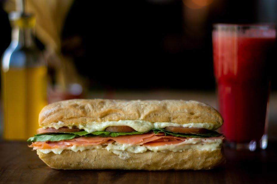 fotografia-profissional-de-alimentos_sanduiche-de-salmao-defumado-com-cream-cheese