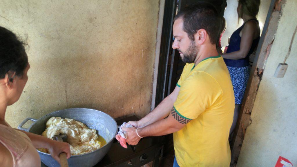 ajudando a preparar o requeijão solido - comidas típicas do cerrado