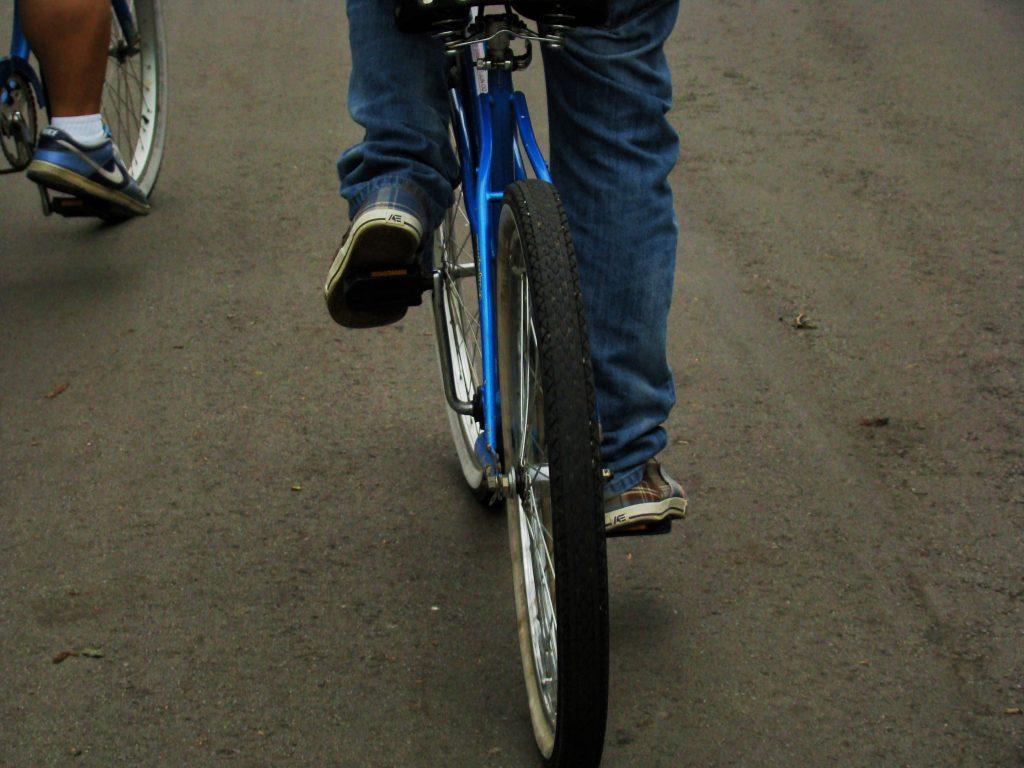 ciclista pedalando em Toronto